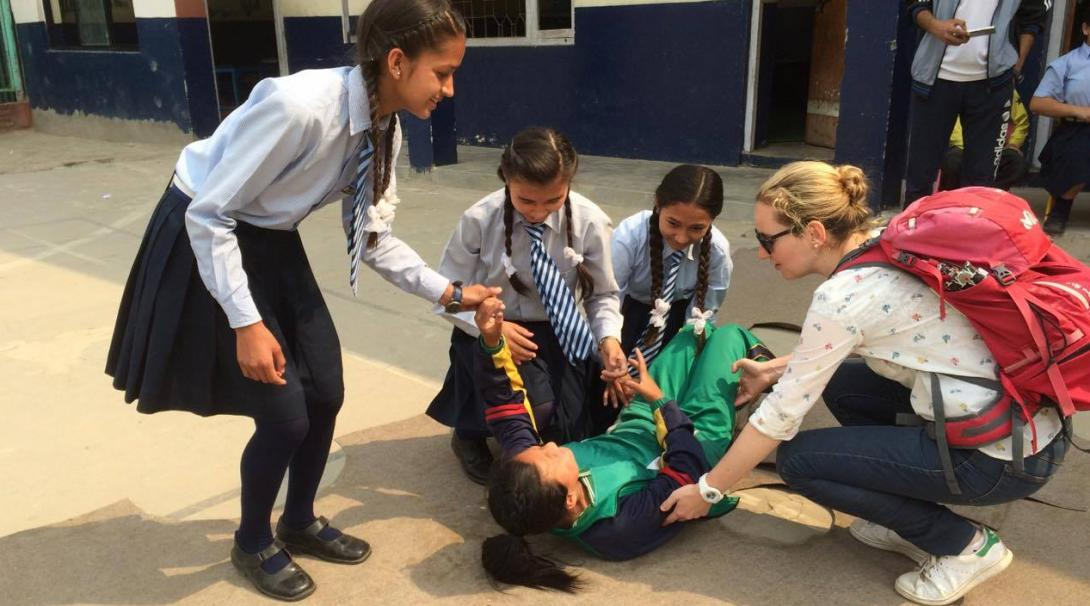 Practicantes médicos enseñando a los niños a dar primeros auxilios.